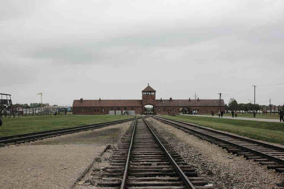 veduta di auscwitz birkenay campo di concentramento dall esterno ingresso