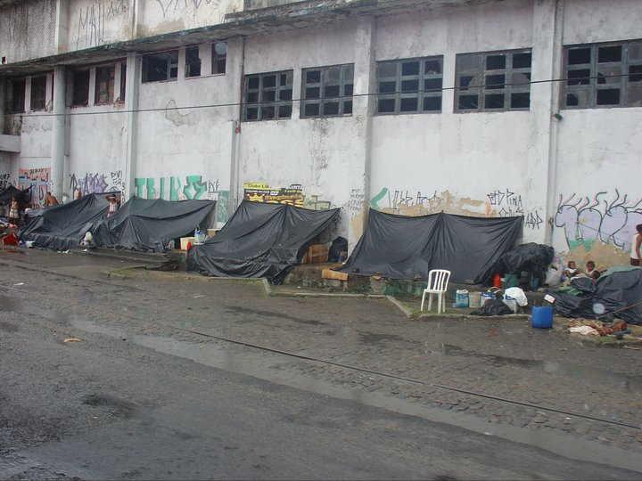 Recife, ci si ripara dalla pioggia. I bambini sulla destra nemmeno la sentono più...