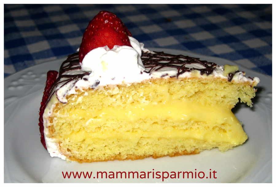 fetta di torta panna e fragole