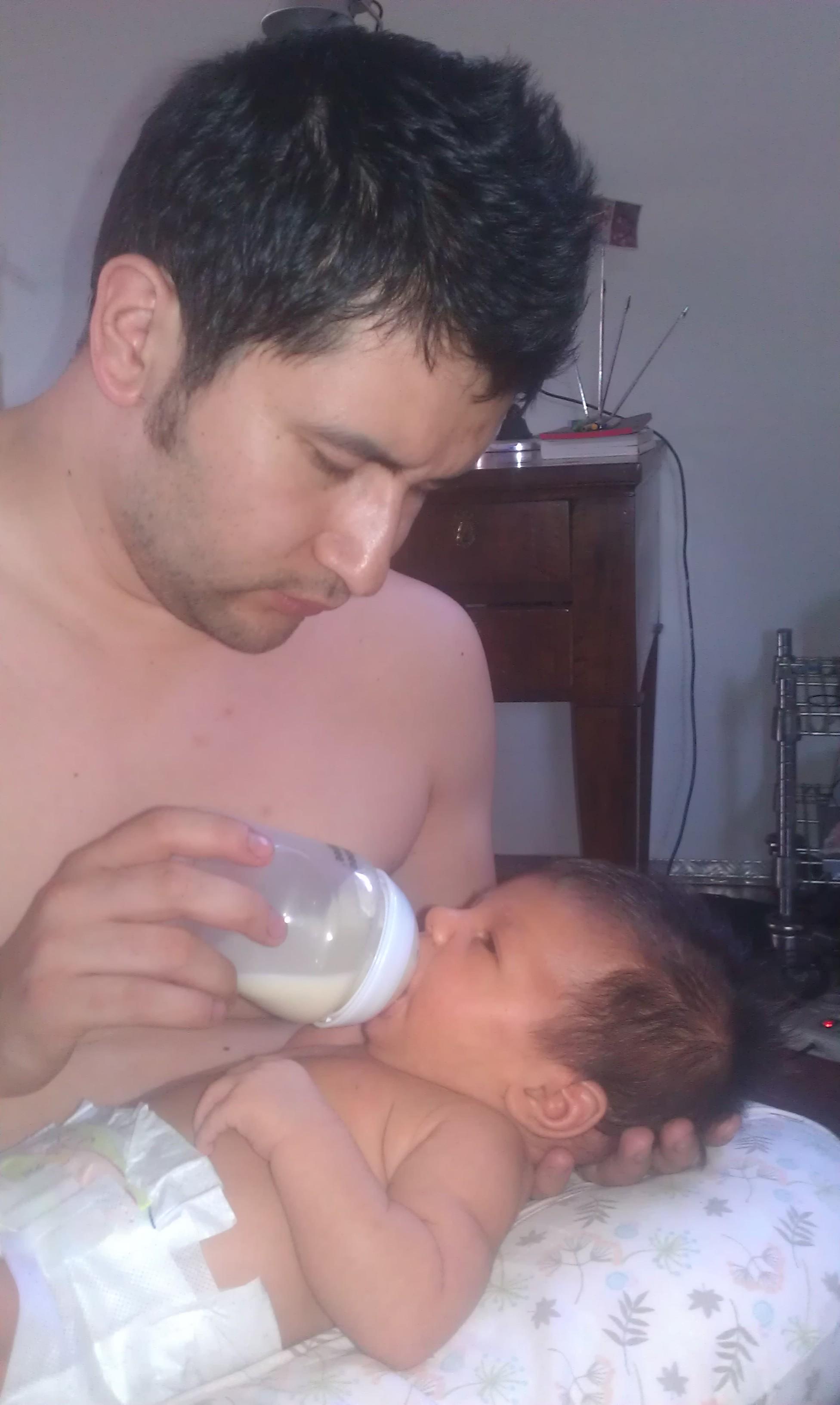 Mio marito, agli inizi, le dava ogni tanto il latte che mi tiravo dal biberon, così da concedermi una pausa parrucchiere. Evento molto raro...