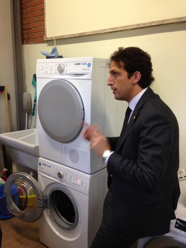 Una lavatrice e un'asciugatrice nuove di zecca per la casa famiglia