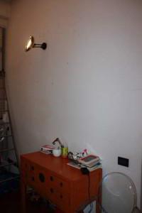 Attorno alla lampada noterete una serie di orribili buchi neri...