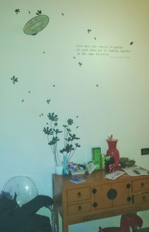 Coprire i buchi nel muro o macchie esempi di idee for Adesivi x pareti