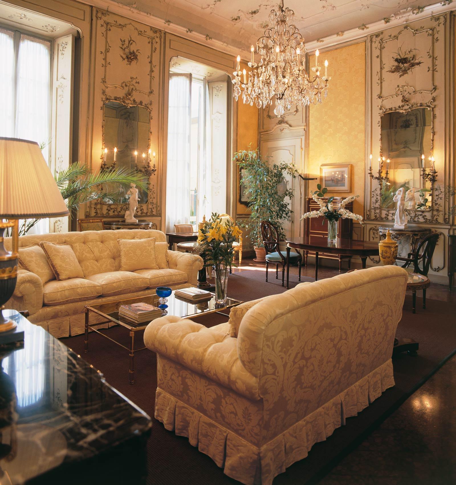Divani classici tante idee per arredare il tuo salotto in for Case stile inglese interni
